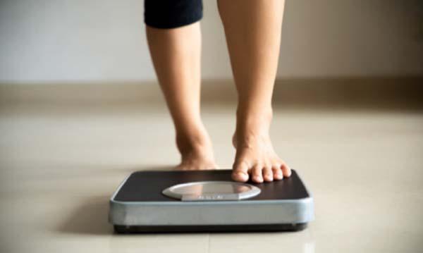 tratamento de varizes fatores de risco mulher se pesando